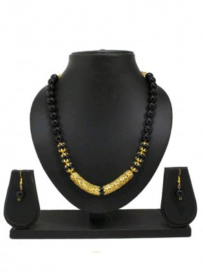 Moti Necklace Set in Black and Gold
